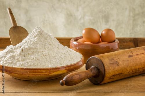 Mehl, Eier und altes Nudelholz - 71938163