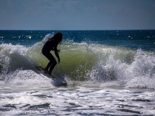 Surfer reitet perfekte Welle am Meer