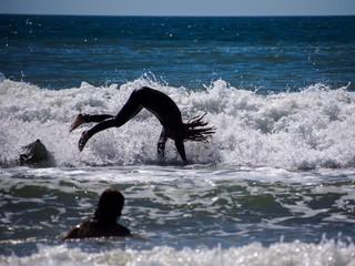 Wellenreiter steigt vom Surfbrett ab