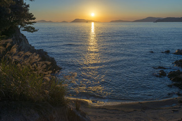 秋の海に沈む夕陽