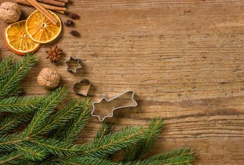 Holzhintergrund mit weihnachtlicher Dekoration