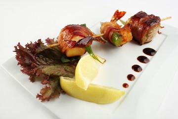 Yakitori with shrimps, bacon and avocado