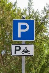 Deutsches Parkschild mit Hinweis auf Motorrad-Parkplatz