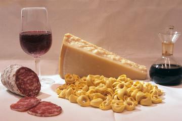 tortellini salame formaggio parmigiano vino prodotti locali