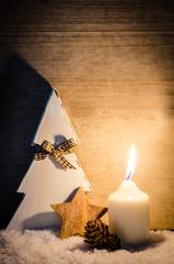 weihnachtsdeko im kerzenschein