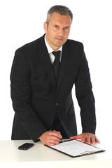 Mann im Anzug bei der Unterschrift