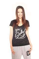 junge Frau in Designershirt