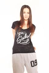 junge Frau posiert in Designershirt