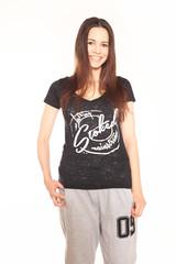 junge Frau trägt Jogginghose