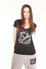 junge Frau in Designer-Shirt