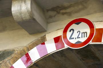 Verkehrszeichen Verbot für KFZ über 2,20m Höhe