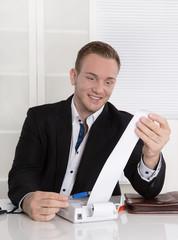 Junger Unternehmer freut sich über positives Betriebsergebnis