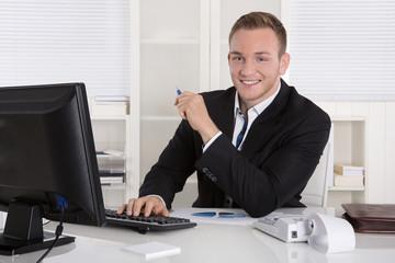 Jungunternehmer oder junger Unternehmer im Büro