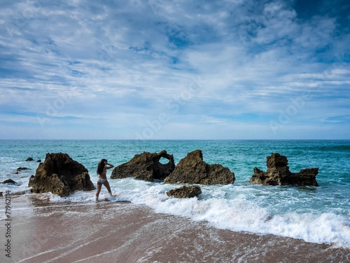 canvas print picture Junge Frau geht ins Meer