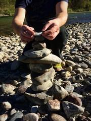 Fingerspitzengefühl beim Bau von Steinmännchen