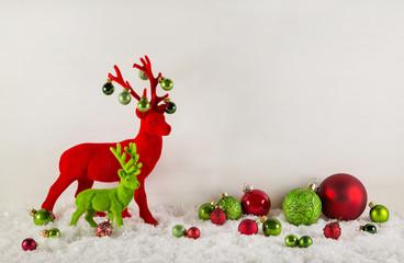 Weihnachtskarte mit Rentiere in Rot, Grün und Weiß