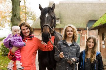 Familie mit Pferd auf dem Bauernhof