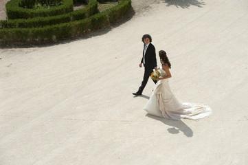 sposi che camminano