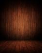 dunkelbrauner Innenraum aus Holz.