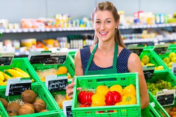 Supermarkt Angestellte füllt Regale auf