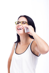 Mulher a falar ao telemóvel e a sorrir