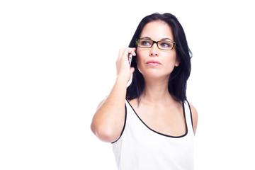 Mulher confiante a falar ao telemóvel
