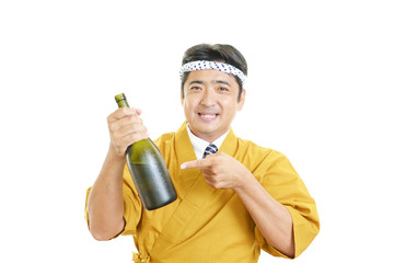 日本酒の瓶を持つ笑顔のウェイター