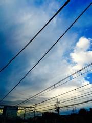 京浜東北線の線路と青空と朝日