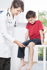 Child's neurologist testing knee reflex