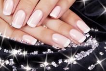 Paznokcie piękne kobiety z francuski manicure i diamenty.