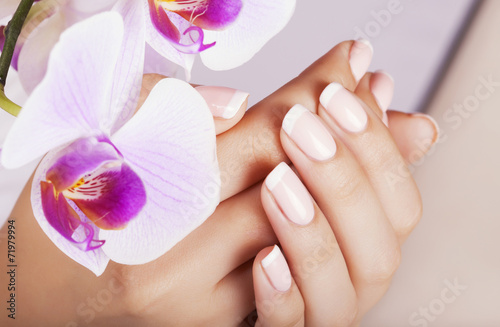 Obraz na Szkle Beautiful woman's nails with french manicure.