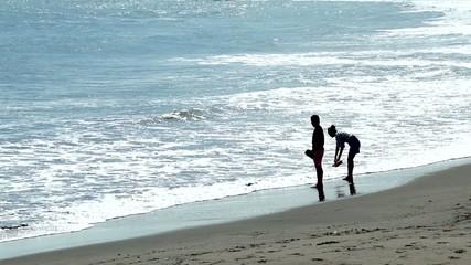 海岸で遊ぶカップル