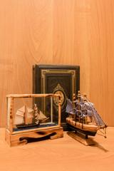 Antike Segelschiffe mit Buch