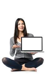 Lächelnde Frau hält einen Laptop mit einem leeren Bildschrim