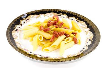 Frisch gebratene Nudeln mit Wurst und Käse