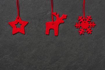 Weihnachtliche Filzanhänger auf Schiefer