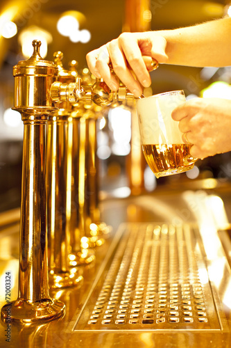 Papiers peints Biere, Cidre gold beer in the hand and beer taps