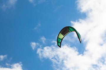 voile de kite-surf sur fond de ciel