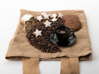 Kaffee, Zimtsterne und Stollen auf Jutebeutel