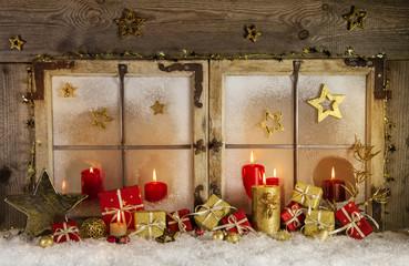 Festlich geschmücktes weihnachtliches Fenster mit Kerzen