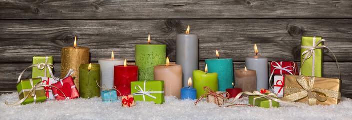 Farbenfrohe Weihnachtsdekoration mit Kerzen und Geschenken
