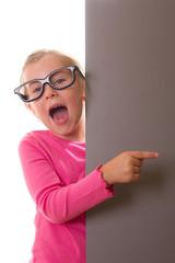kleine Mädchen mit Werbetafel - isoliert