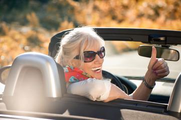 Rüstige Seniorin im Cabriolet