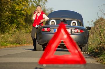 Seniorin fordert Hilfe bei Autopanne an