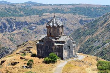 Армения, церковь 11 века рядом с крепостью Амберд