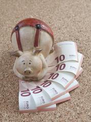 billets d'euros et cochon-tirelire