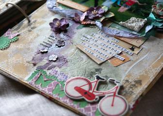 композиция из бумаги и украшений с фразой о дружбе
