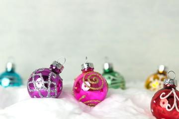 Farbenfrohe Christbaumkugeln im Schnee