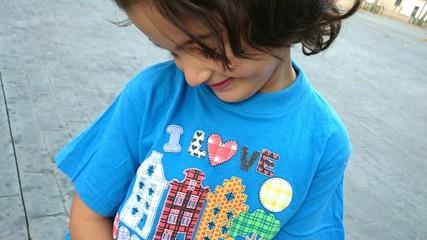 Niña con camiseta azul