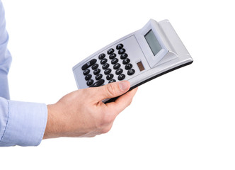 Hand freigestellt hält einen Taschenrechner: Konzept Kalkulation